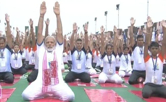 योग दिवस : पीएम मोदी ने किया योग तो अखिलेश यादव ने जवाब में किया यह काम