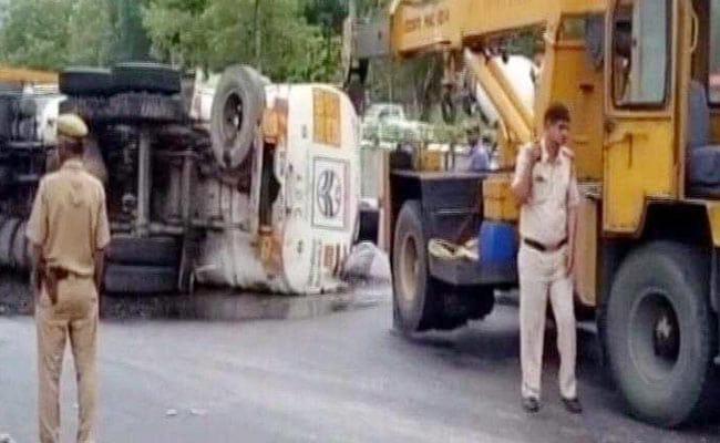 तेल से भरा टैंकर पलटने से साउथ दिल्ली में रिंग रोड पर भयंकर ट्रैफिक जाम