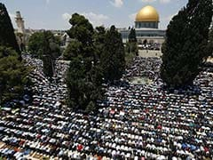 Palestinians Pour Into Jerusalem For Ramadan Prayers