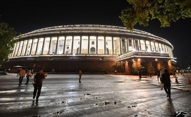 GST लांचिंग पर संसद में इन नेताओं की सिटिंग और दलों की मौजूदगी ने लोगों को किया चकित