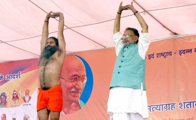 किसान आंदोलन के बीच बाबा रामदेव के साथ योग कर रहे कृषि मंत्री राधामोहन सिंह!