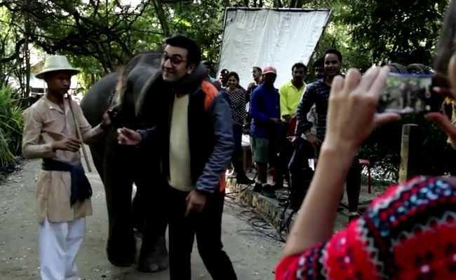 जब 'जग्गा जासूस' के सेट पर रणबीर कपूर ने की हाथी के साथ की मस्ती...