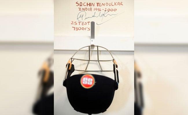 आईसीसी चैंपियंस ट्रॉफी : टीम इंडिया के ड्रेसिंग रूम में खिलाड़ियों का हौसला बढ़ाता सचिन तेंदुलकर का हेलमेट