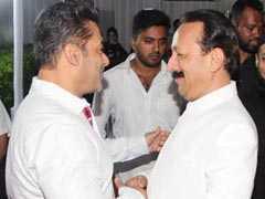 बाबा सिद्दीकी की इफ्तार पार्टी में गर्लफ्रेंड के साथ पहुंचे सलमान खान, नहीं मिल पाए शाहरुख खान से गले!