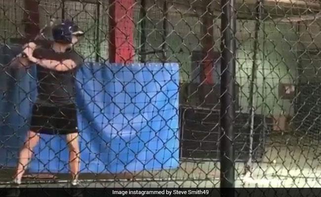 ऑस्ट्रेलियाई क्रिकेटरों के 'बेरोजगार' होने की खबरों के बीच बेसबॉल में हाथ आजमाते दिखे कप्तान स्टीव स्मिथ...