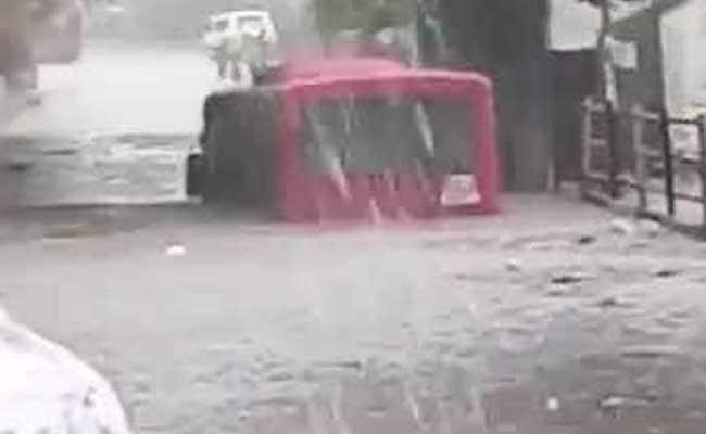 अंडरपास में भरा था बरसात का पानी, देखते ही देखते डूब गई बस...
