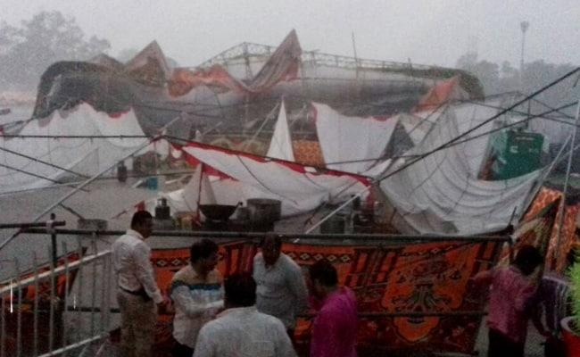 इंदौर के दशहरा मैदान में तेज बारिश से गिरा पंडाल, सीएम शिवराज और वेंकैया थे मौजूद
