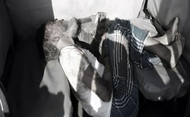 झारखंड : गाय के शव को लेकर भीड़ ने बुज़ुर्ग को बुरी तरह पीटा, घर में आग लगा दी