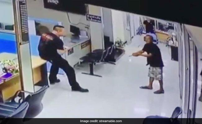 धारदार चाकू लेकर घुस आया ये शख्स, Video में देखिए- क्या किया इस पुलिस अधिकारी ने