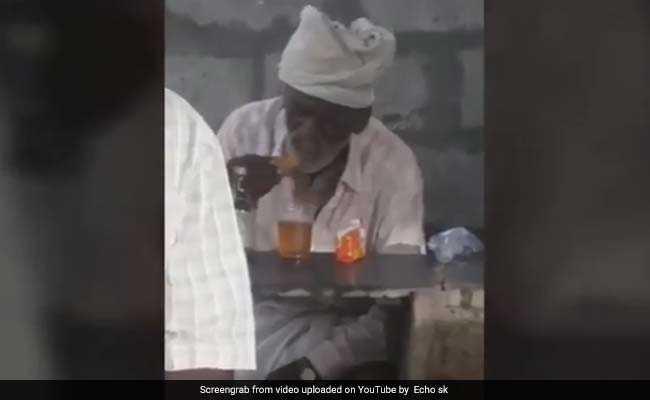 यह शख्स शराब में डुबोकर खा रहा है बिस्किट, वीडियो हुआ वायरल