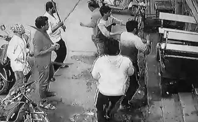 महाराष्ट्र: कैमरे में कैद हुआ LIVE मर्डर, गोली और तलवार से किए कई वार