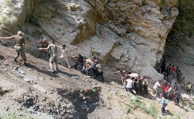 जम्मू-श्रीनगर हाईवे पर खाई में गिरी अमरनाथ यात्रियों से भरी बस, 16 की मौत, 27 घायल