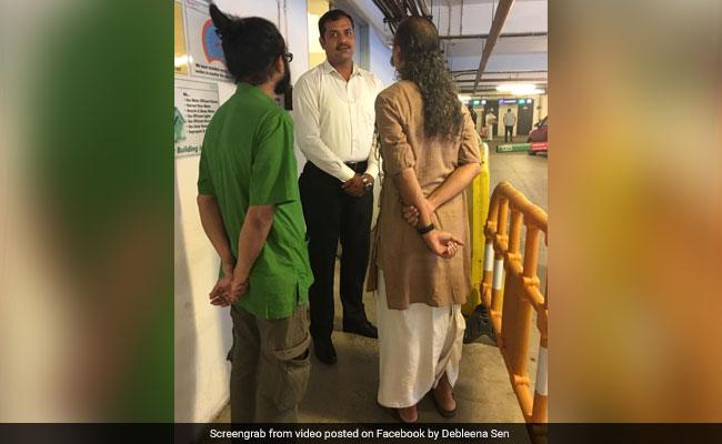 फिल्मकार का दावा - धोती पहनने की वजह से मॉल में जाने से रोका गया