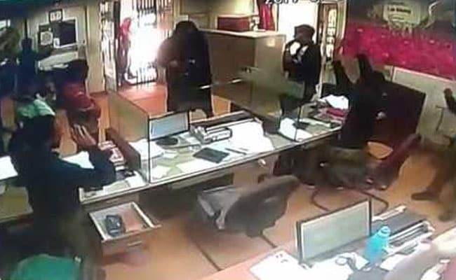 बैंक में चोरों ने फिल्मी स्टाइल में चोरी के लिए बनाई सुरंग, और फिर...