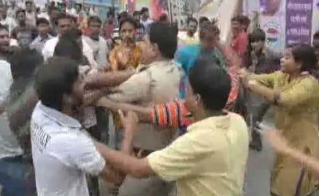 पश्चिम बंगाल के बशीरहाट में फिर तनाव, पुलिस ने भीड़ को काबू में करने के लिए आंसू गैस के गोले दागे