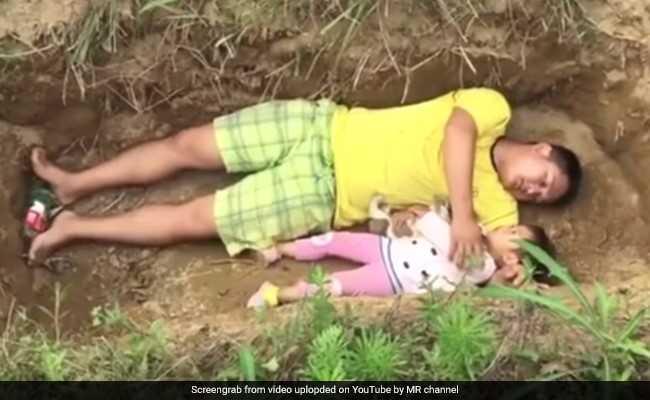 एक ऐसा पिता जो हर रोज बेटी के साथ कब्र में सोता है...