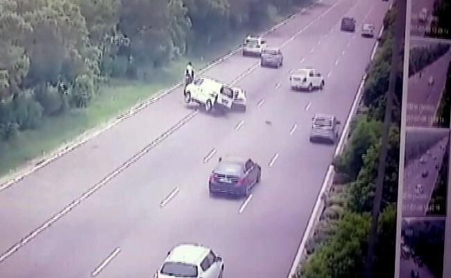 ग्रेटर नोएडा : लैंबॉर्गिनी ने मारी इको को जबरदस्त टक्कर, हवा में कई बार पलटी कार, देखें Video