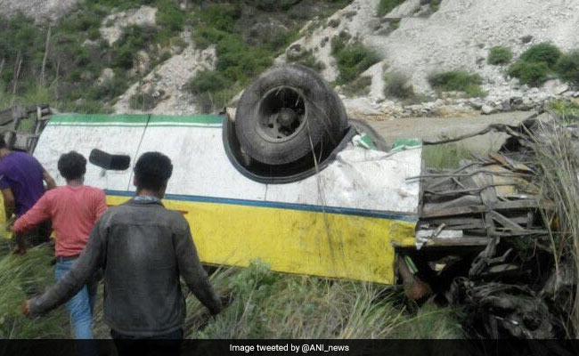 हिमाचल प्रदेश: सड़क के किनारे खड़ी बस खाई में गिरी, 5 की मौत
