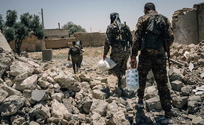 बसों में सवार इस्लामिक स्टेट के आतंकी और उनके परिवारों का काफिला सीरियाई रेगिस्तान में फंसा