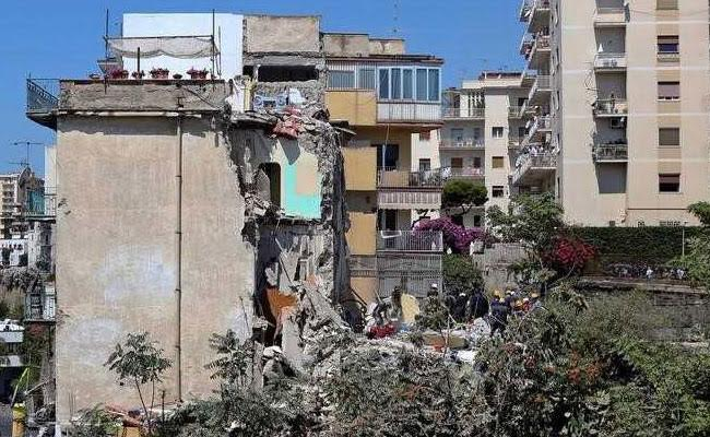 Apartment building collapses in Naples