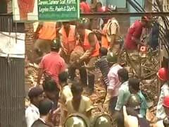 कोलकाता में करीब 100 साल पुरानी इमारत गिरी, दो लोगों की मौत