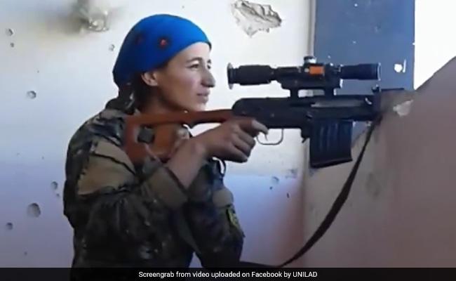ISIS के लड़ाकों पर फायरिंग कर रही थी ये महिला स्नाइपर, तभी पीछे से हुई धांय की आवाज... ये Video आपको विचलित कर सकता है