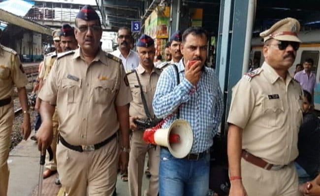 मुंबई : बैग सामने लटकाएं पीछे नहीं, लोकल ट्रेन और स्टेशन पर चोरी से बचने के लिए पुलिस की सलाह