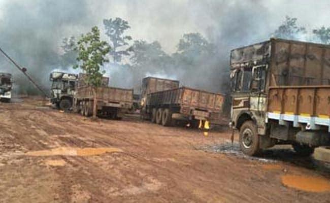 छत्तीसगढ़ : कांकेर में नक्सलियों ने मजदूरों को बंधक बनाकर 19 गाड़ियां में आग लगाई