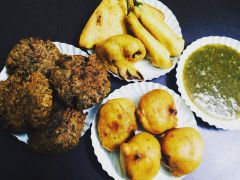Khandani Pakode Wala: The 55-Year Old Pakoda Joint in South Delhi Serving 15 Varieties of Pakodas