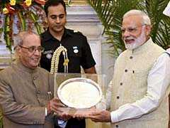 PM Modi Hosts Dinner For Pranab Mukherjee, Presents Memento