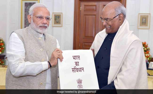 राष्ट्रपति रामनाथ कोविंद से मिले प्रधानमंत्री नरेंद्र मोदी, संविधान की प्रति भेंट की