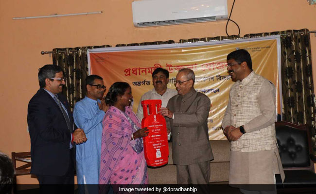 President Mukherjee Hands Over Free LPG Connection Under Ujwala Scheme