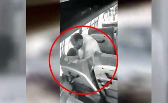 बीजेपी नेता चलती बस में महिला को 'किस' करते कैमरे में हुआ कैद, रेप के आरोप में गिरफ्तार