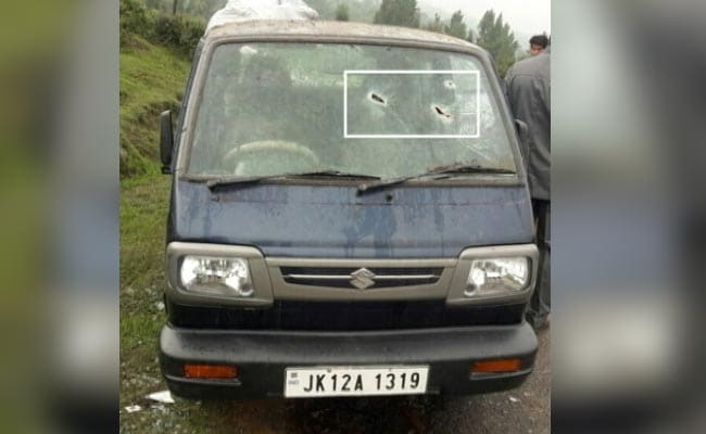 जम्मू-कश्मीर : पाक की ओर से फ़ायरिंग की चपेट में आई स्कूल वैन, ड्राइवर ने भाग कर बचाई जान