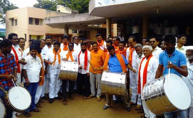 महाराष्ट्र : शिवसेना ने अपनी ही सरकार के खिलाफ बजाए ढोल, किसानों की कर्जमाफी का हिसाब मांगा
