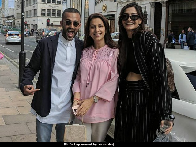 When Sonam Kapoor And Her Rumoured Boyfriend Bumped Into Juhi Chawla In London