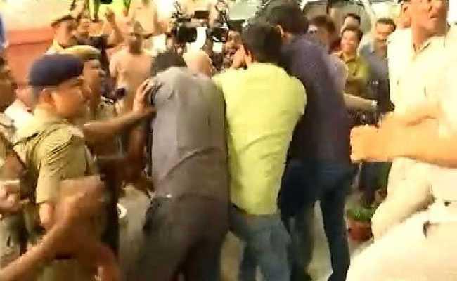 पटना : तेजस्वी यादव के सुरक्षाकर्मियों की मीडियाकर्मियों से बदसलूकी