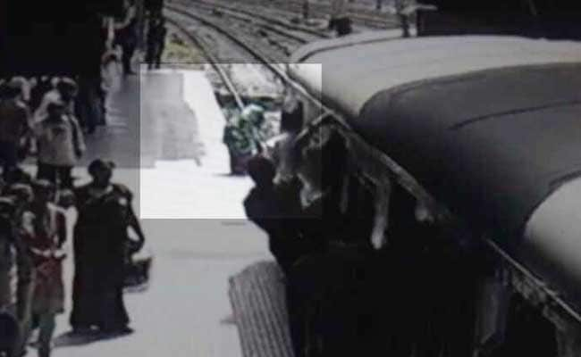 देखें Video: ट्रेन के आगे कूदी, डिब्बे ऊपर से गुजरे, खरोंच भी न आई, उठकर चली गईं