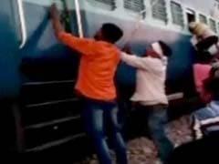यूपी में चलती ट्रेन में भीड़ ने मुस्लिम परिवार पर किया लोहे के सरिये से हमला, सांप्रदायिक टिप्पणी भी की