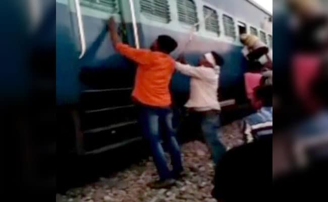Muslims family faces abuse, assault by mob in UP train