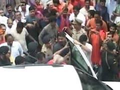 उत्तर प्रदेश : बीजेपी और सपा की सियासी दुश्मनी में क़रीब 70 हज़ार लोगों की नौकरी खटाई में