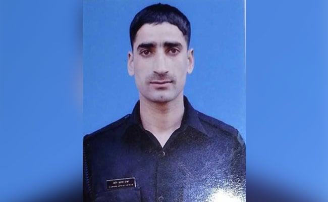 जम्मू-कश्मीर : पुलवामा में सेना का जवान AK47 राइफल लेकर फरार, तलाश जारी