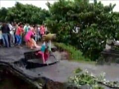 VIDEO: बिहार में बाढ़ का कहर जारी, अररिया में पुल धंसने से एक ही परिवार के तीन लोग बहे