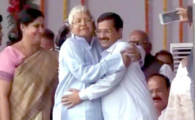 arvind kejriwal lalu yadav hug
