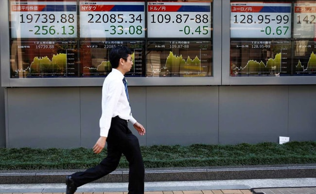 Asian Shares Lurch Lower As US Central Bank Seen Plotting Faster Rate Hikes
