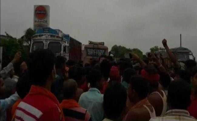 बिहार के भोजपुर में एक ट्रक में बीफ ले जाने की खबर पर बवाल, लोगों ने आरा-बक्सर रोड किया जाम