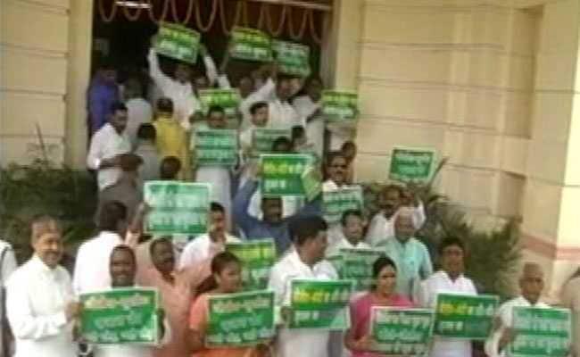 सृजन घोटाले को लेकर बिहार विधानसभा के बाहर हंगामा, आरजेडी विधायकों ने की नारेबाजी