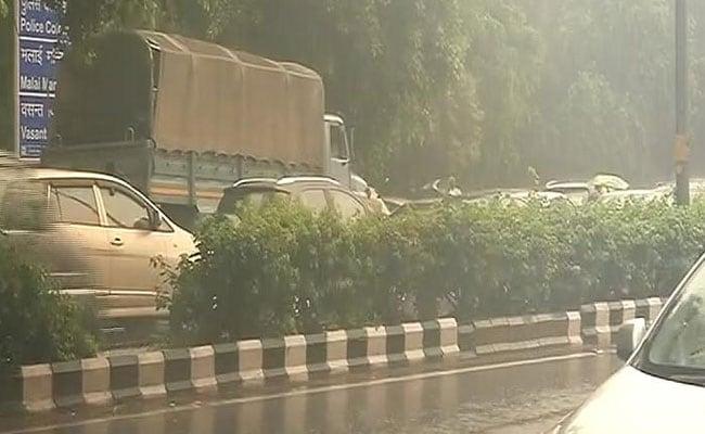 दिल्ली में बारिश का सिलसिला जारी, सड़कों पर पानी भरने से ट्रैफिक का बुरा हाल, लोग हुए परेशान