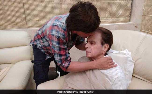दिलीप कुमार का हालचाल जानने पहुंचे उनके 'बेटे', देखें Photos