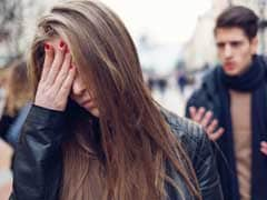 धोखेबाज पति को पत्नी ने इस तरह सरेआम सिखाया सबक, गद्दे को रखा घर के बाहर और...